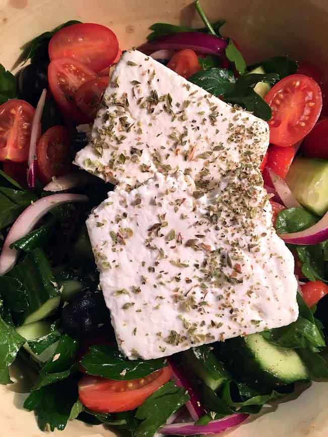 Opskrift: Græsk salat med et italiensk twist