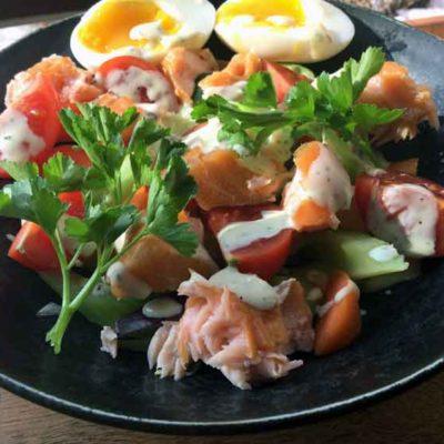 Opskrift: Salat med varmrøget laks