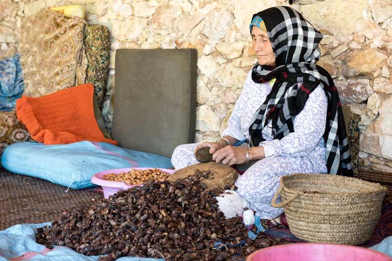 Kvinde forarbejder Argan nødder