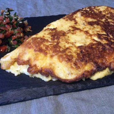 Opskrift: Krydret omelet med ost og majs