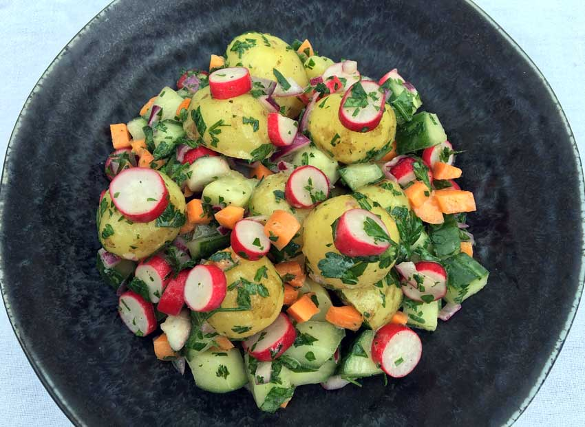 Opskrift: Sommersalat af nye grøntsager