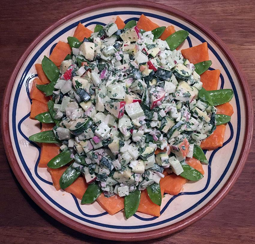 Kartoffelsalat Af Søde Kartofler Med Knasende Grønt Og Yoghurtdressing