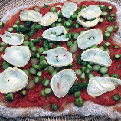 Opskrift: Pizza med asparges og gedeost