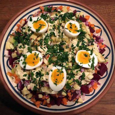 Rødbedesalat med kartofler, smilende æg