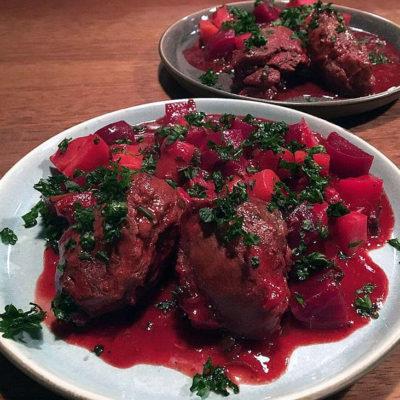 Opskrift: Ølbraiserede svinekæber i ovn