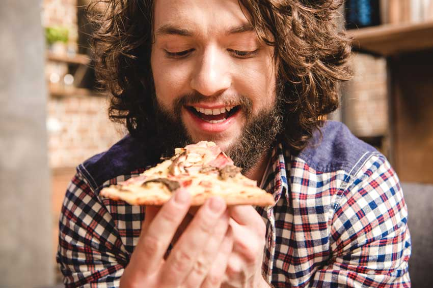 Mand spiser pizza