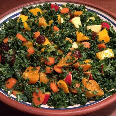 Opskrift: Grønkålssalat med mango, appelsin og dadler