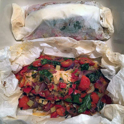 Opskrift: Laksebøffer en papilotte med tomat relish