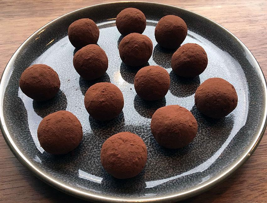 Opskrift: 25 veganske chokoladekugler på 15 minutter