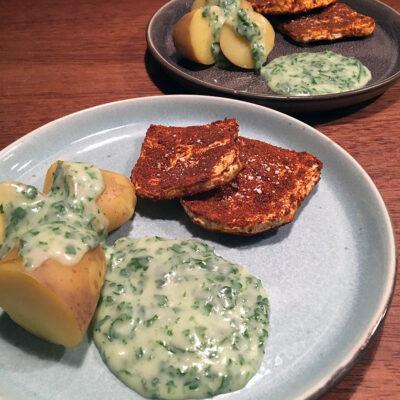 """Opskrift: Vegetarisk """"stegt flæsk"""" og persillesovs"""