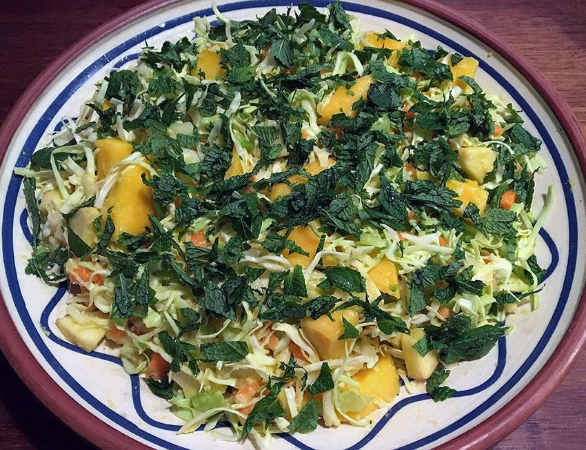 Opskrift: Spidskålssalat med mango, æble og mynte