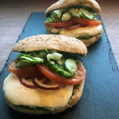 Opskrift: Halloumi burger med persillepesto