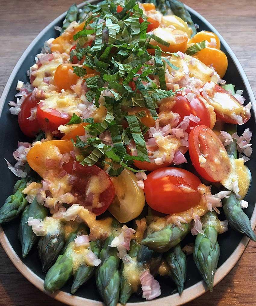 Opskrift: Aspargessalat med tomat og løg