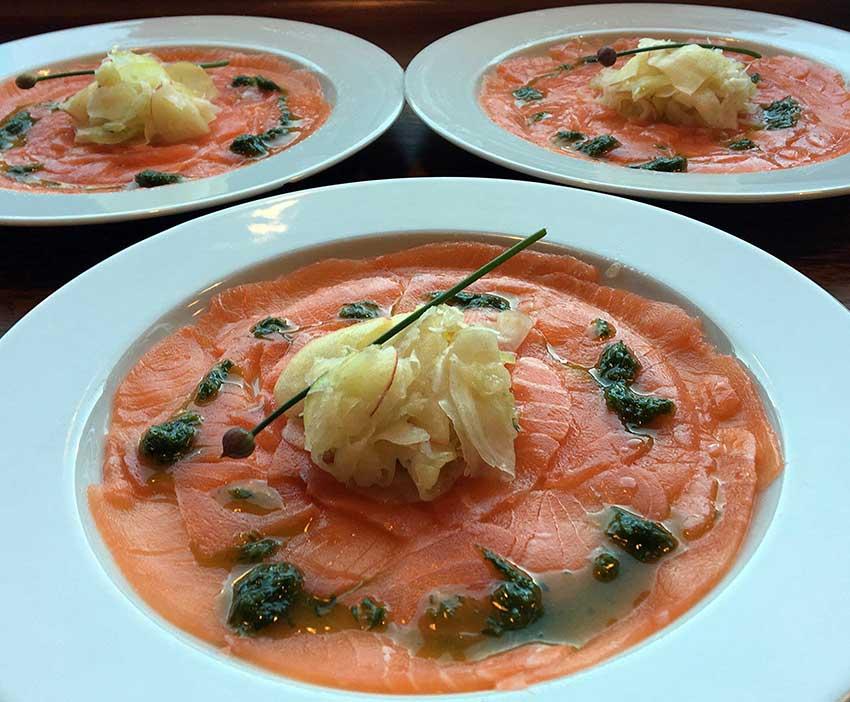 Opskrift: Laksecarpaccio med fennikel/æble-salat