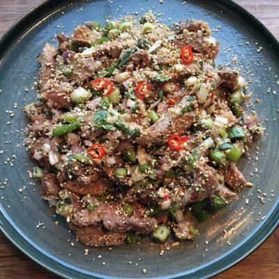 Opskrift: Spicy thai salat med oksekød - larb nam tok