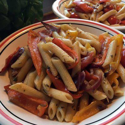 Opskrift: Pasta med ovnbagte peberfrugter og tomater