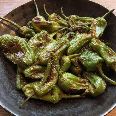 Opskrift: Pimientos de Padrón - stegte tapas pebre