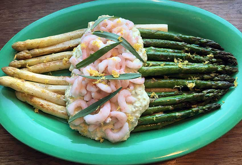 Opskrift: Smørstegte asparges med avocadosovs