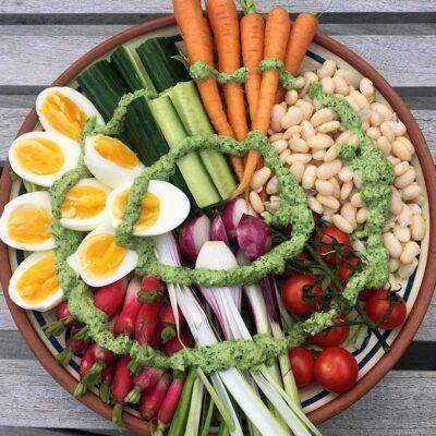 Opskrift: Buddha bowl med hvide bønner og æg