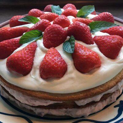 Opskrift: Lagkage med rabarber og jordbær