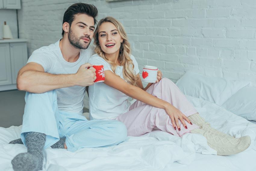Par der drikker varm kakao inden sengetid