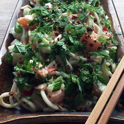 Opskrift: Salat af ægnudler og råmarineret laks