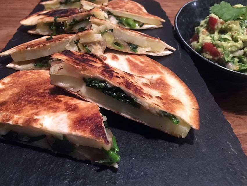 Opskrift: Vegetar quesadilla med kartoffelskiver, spinat og forårsløg