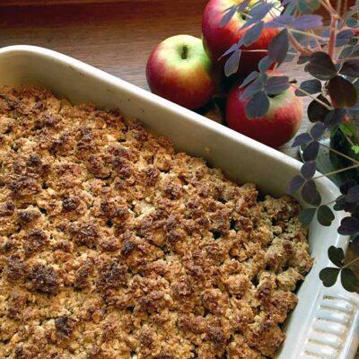 Opskrift: Æblecrumble med havregryn og marcipan