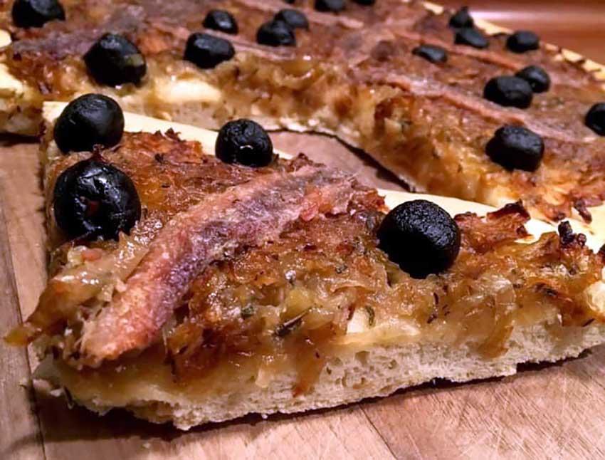 Opskrift: Fransk løgpizza – pissaladière nicoise