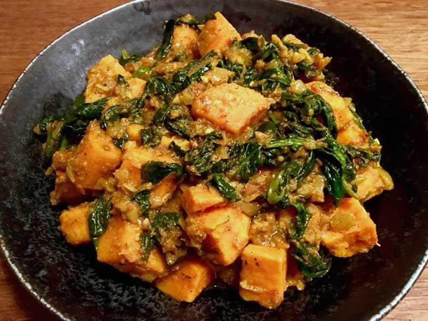 Opskrift: Søde kartofler i spinat og karry (aloo palak)