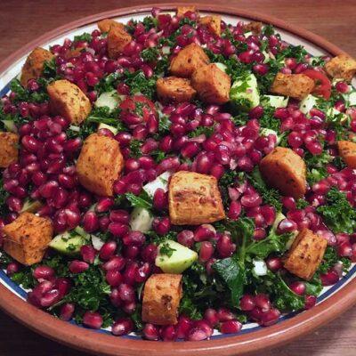 Opskrift: Grønkålssalat med spicy søde kartofler
