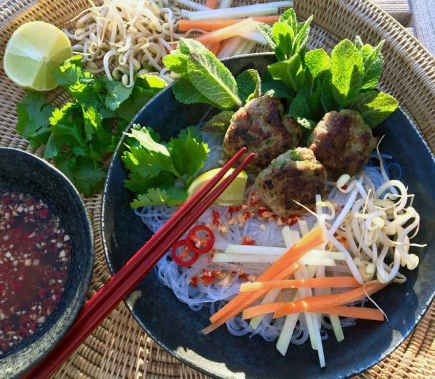 Opskrift: Bun Cha bowl med vietnamesiske kødboller