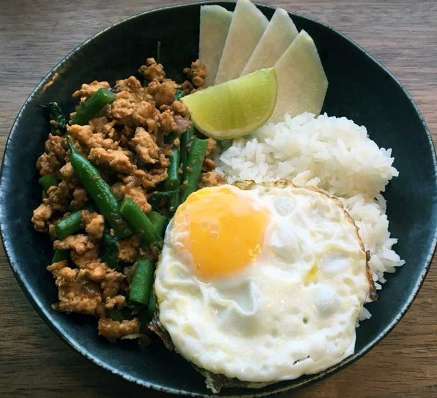 Opskrift: Lynstegt thailandsk kylling – pad kra pao