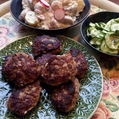 Opskrift: Græske lammefrikadeller med kold kartoffelsalat