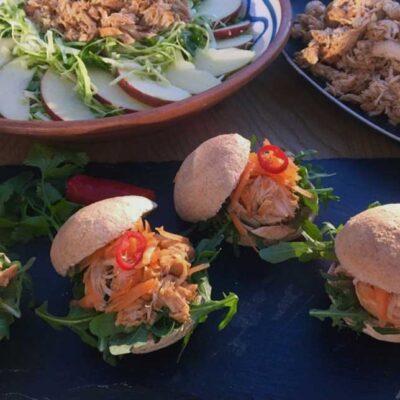 Opskrift: Saftig BBQ pulled chicken & sliders