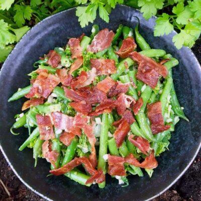Opskrift: Bønnesalat med bacon og rødløg