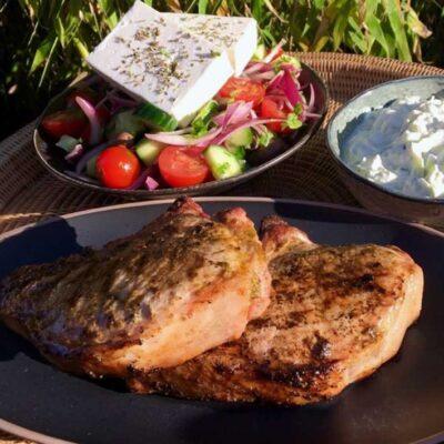 Opskrift: Græske skaftkoteletter på grill