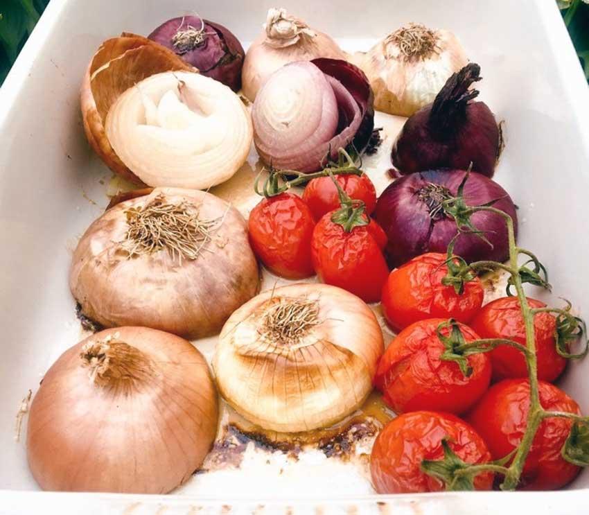Opskrift: Langtidsbagte løg og tomater i ovn