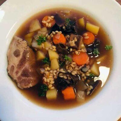 Opskrift: Krupnik - polsk suppe med perlebyg