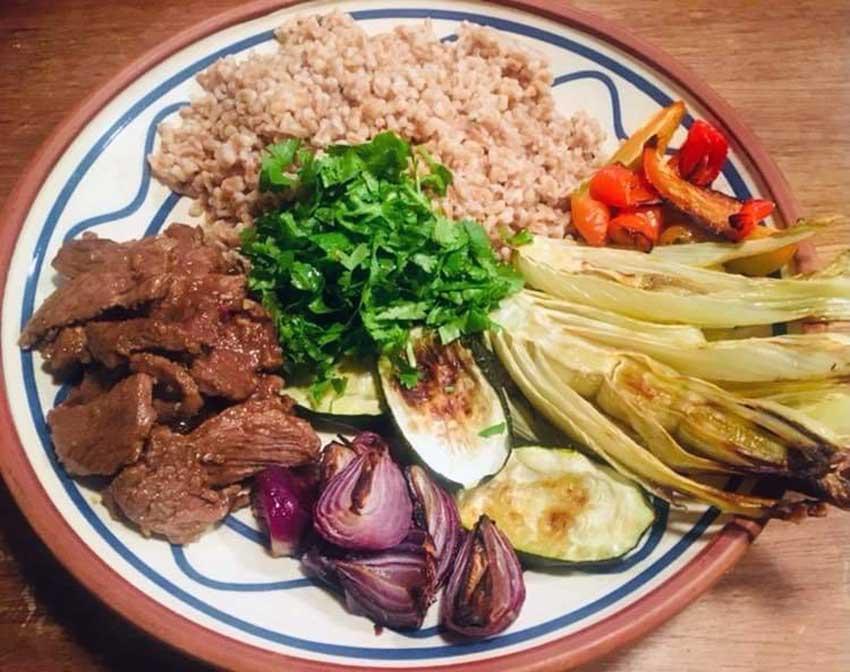 Opskrift: Lun perlespelt-salat med ovnbagte grøntsager