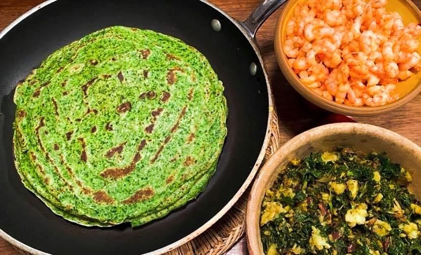 Opskrift: 10 grønkålspandekager med kartoffelfyld og hvidløgsrejer