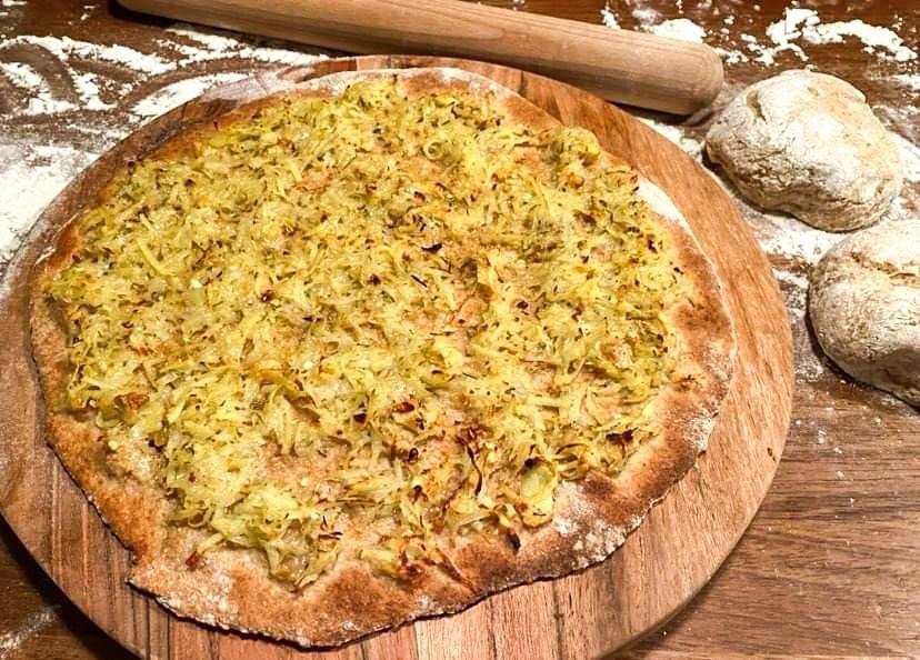 Opskrift: Nynordisk kartoffelpizza med Vesterhavsost, hvidløg og rosmarin