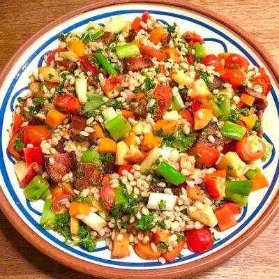 salat-med-perlebyg-og-bacon
