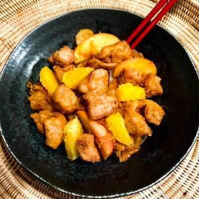 Kinesisk-svinekoed-i-sur-soed-sovs-med-appelsin