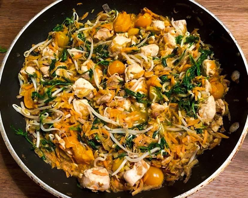 Opskrift: Kylling med grøn karry og bønnespirer