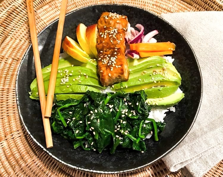 Opskrift: Sushi-bowl med teriyaki-laks, spinat og avocado
