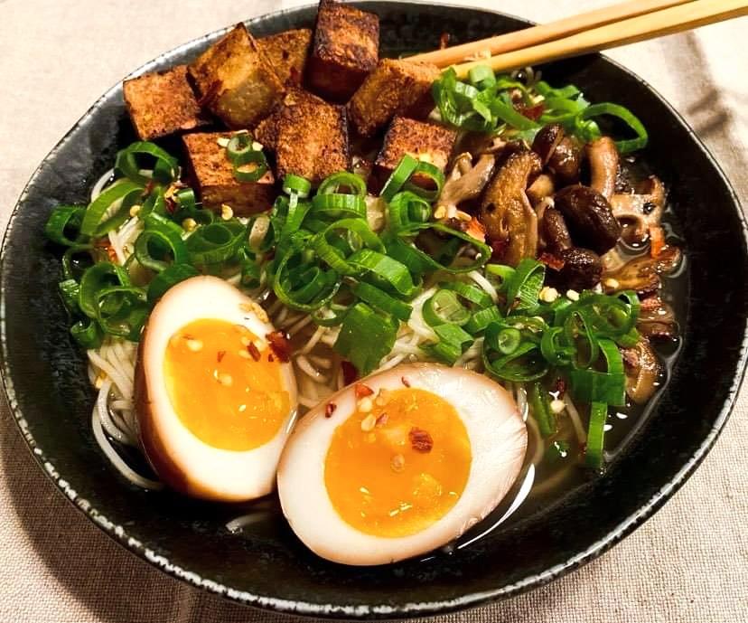 Opskrift: Vegetar ramen suppe med sprød tofu og shiitake-svampe