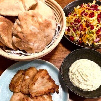 Hjemmebagte-rug-pita-med-fiskefilet-og-aeblesalat