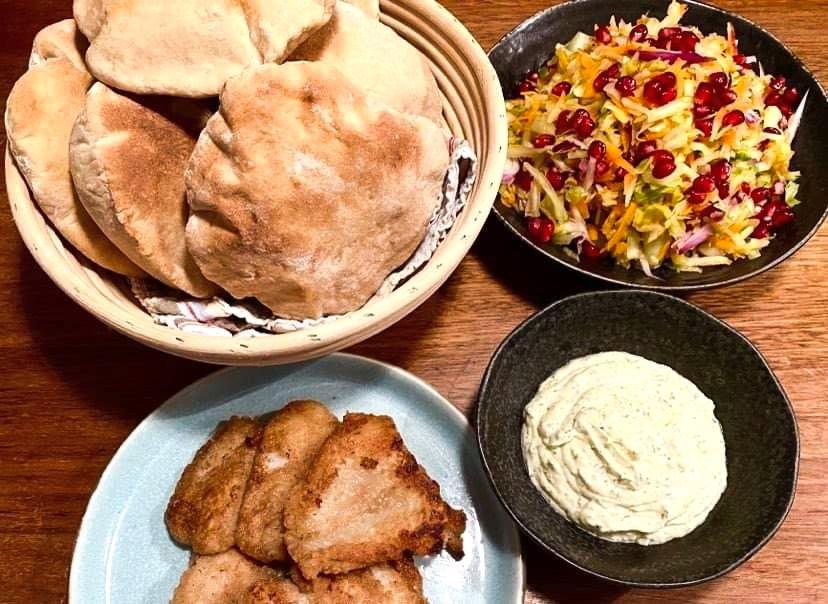 Opskrift: Hjemmebagte rug-pita med fiskefilet og æblesalat