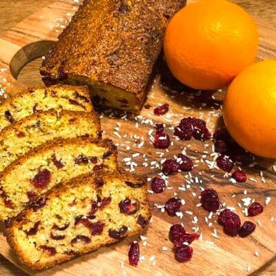 Kokosbroed-med-appelsin-og-toerrede-tranebaer